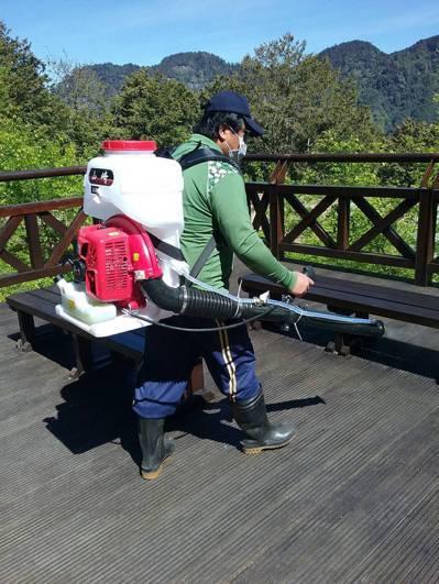嘉義林管處每日定時於人流聚集區進行消毒作業。圖/嘉義林管處提供