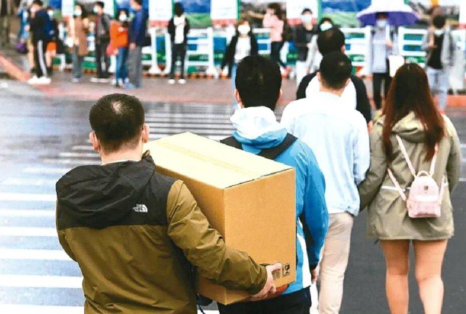 新冠肺炎疫情衝擊,桃園市通報資遣、放無薪假廠家共762家、勞工3919人次創疫情以來新高,勞動局祭出多項措施協助雇主、勞工。
