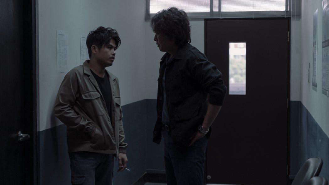 張再興(左)演出「誰是被害者」和王識賢對戲。圖/Netflix提供