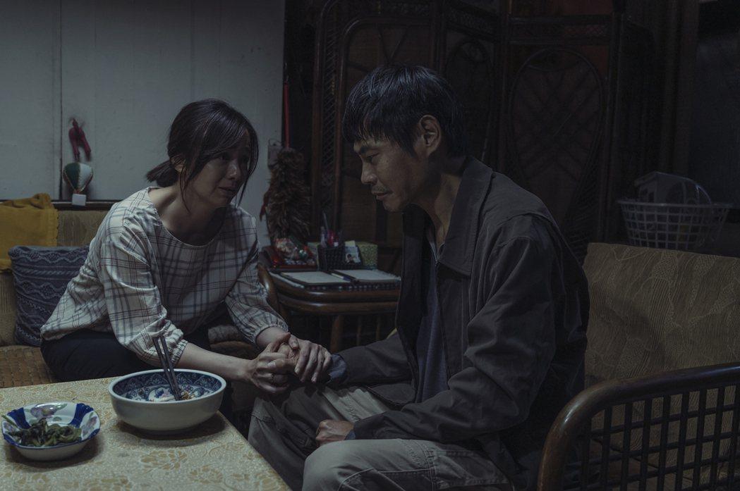 夏靖庭(右)演出「誰是被害者」感受季芹暖流。圖/Netflix提供
