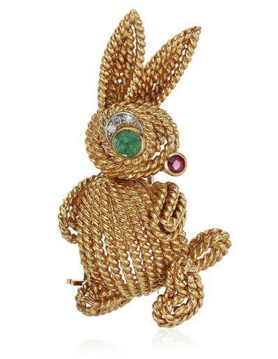 佳士得四月線上珠寶專場中,梵克雅寶的兔子胸針,拍前高估價為3,000美元,最後以...