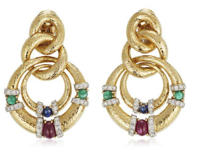 佳士得四月線上珠寶專場中,DAVID WEBB的彩寶鑽石耳環,拍前高估價為12,...