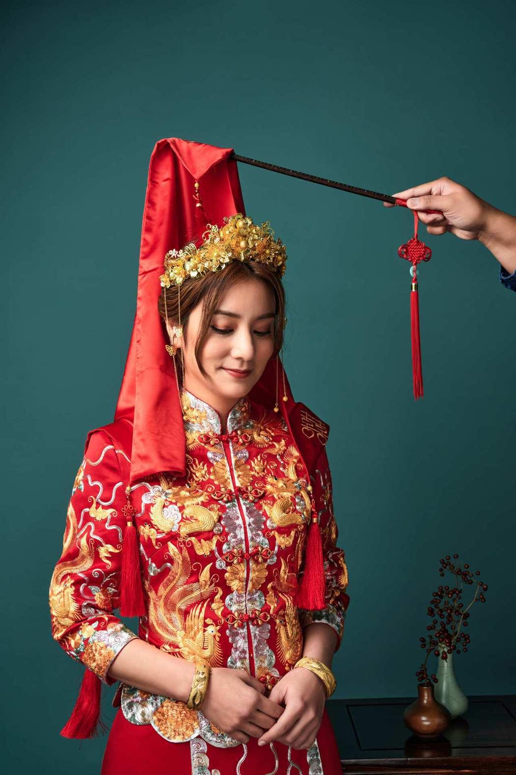 莎莎穿上傳統龍鳳掛。圖/TVBS提供