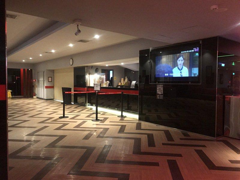 彰化縣只剩員林戲院還在營業,不過業者說,就連假日也僅剩平時一成的來客,今天下午豪華的戲院大廳只有1、2位客人在等待看電影,整個電影院空盪盪。記者林宛諭/攝影