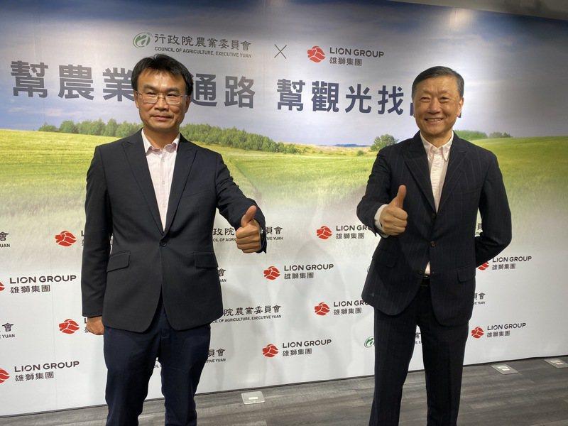 雄獅董事長王文傑(右)今日攜手農委會主委陳仲吉(左)一起推廣台灣農產。記者黃文奇/攝影