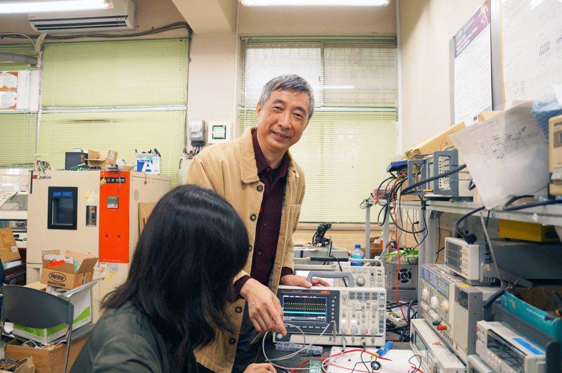 中央大學電機系徐國鎧講座教授和聯新國際醫院團隊共同研發的智慧型「呼吸器警報系統」,可造福加護病房的重症患者。圖/中央大學提供