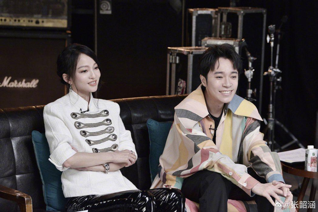 張韶涵(左)在「天賜的聲音」掉淚,讓好友吳青峰很是驚訝。圖/宏聲音樂提供