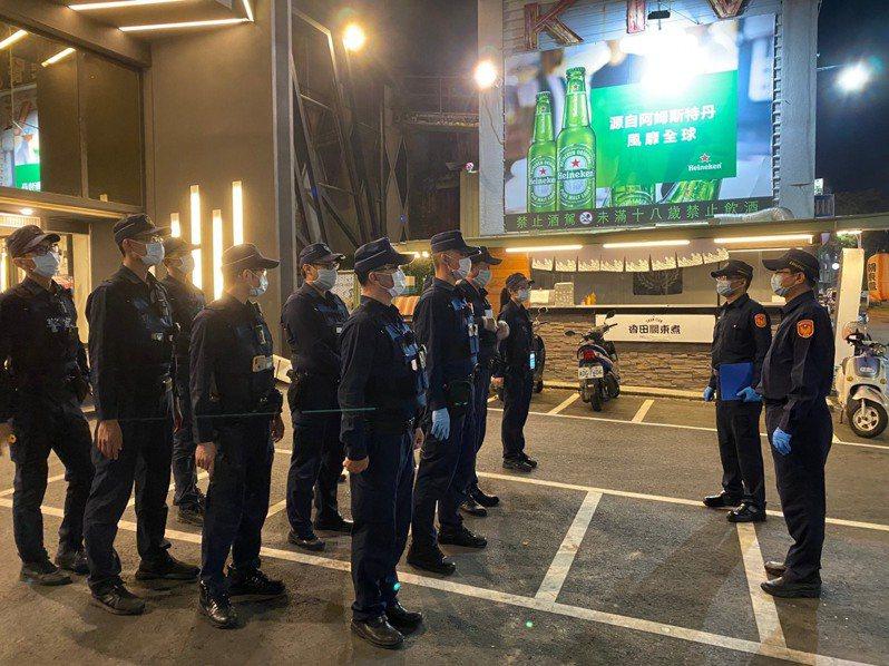 嘉義市警方今晚到KTV擴大臨檢。記者卜敏正/翻攝