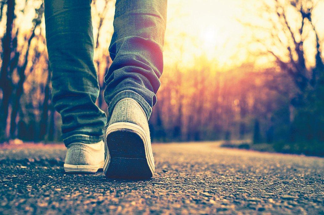 洗腎患者容易出現憂鬱症狀,建議每天設定能力可及的小目標,例如完成健走30分鐘,可...