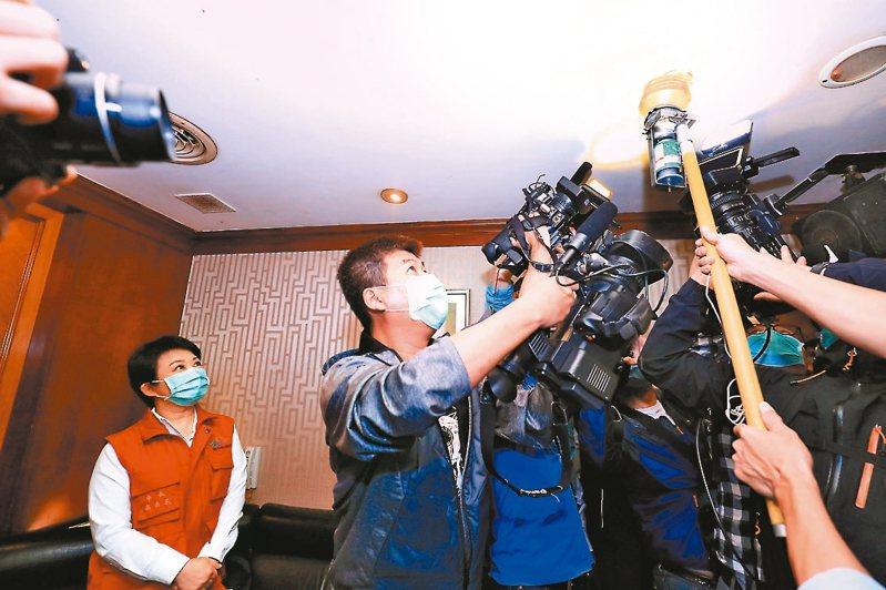 台中市長盧秀燕(左) 昨率隊稽查KTV店,測試消防設備。 記者陳秋雲/攝影