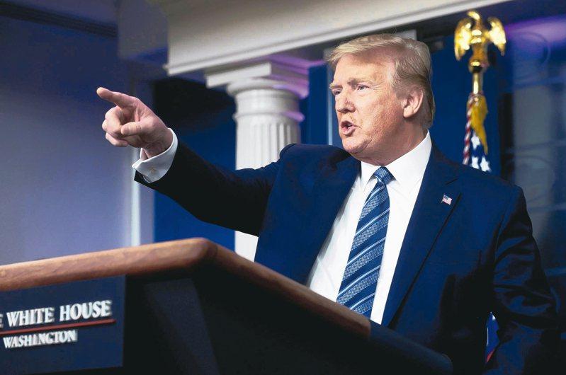 美國總統川普廿一日在白宮召開防疫記者會。美國新冠病毒疫情嚴重,批評者認為川普防疫不力。 (路透)