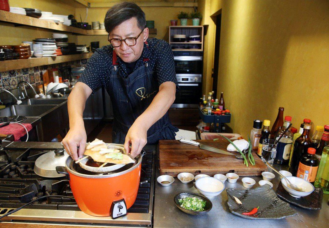 詹姆士親手示範電鍋防疫料理。記者邱德祥/攝影