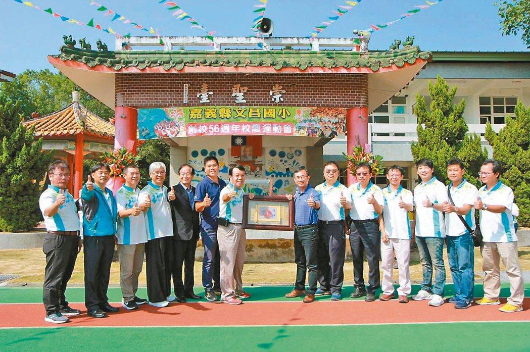 台灣人壽嘉義直轄一通訊處的吳耀夏(左四),經常利用擔任家長會會長之際,積極與學校...
