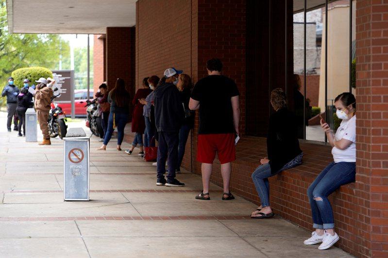 美國人5月不到半數有薪水,失業率恐破20%。 路透社