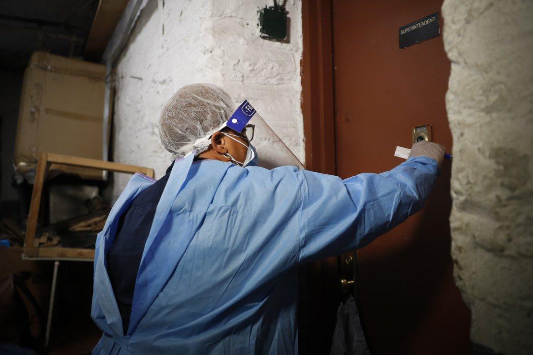 居家照護人員,成為新冠抗疫第一線。 美聯社