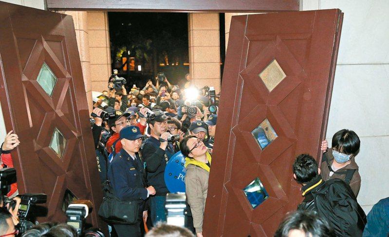 2014年太陽花群眾攻占行政院,在警方面前拆掉行政院大門。 圖/聯合報系資料照片