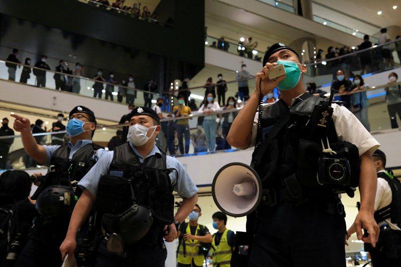 鑑於新冠肺炎疫情轉趨緩和,香港當局已決定讓公務員恢復正常上班,同時考慮豁免跨境學生和商務人士入境檢疫14天的限制,並讓學校復課。 路透社