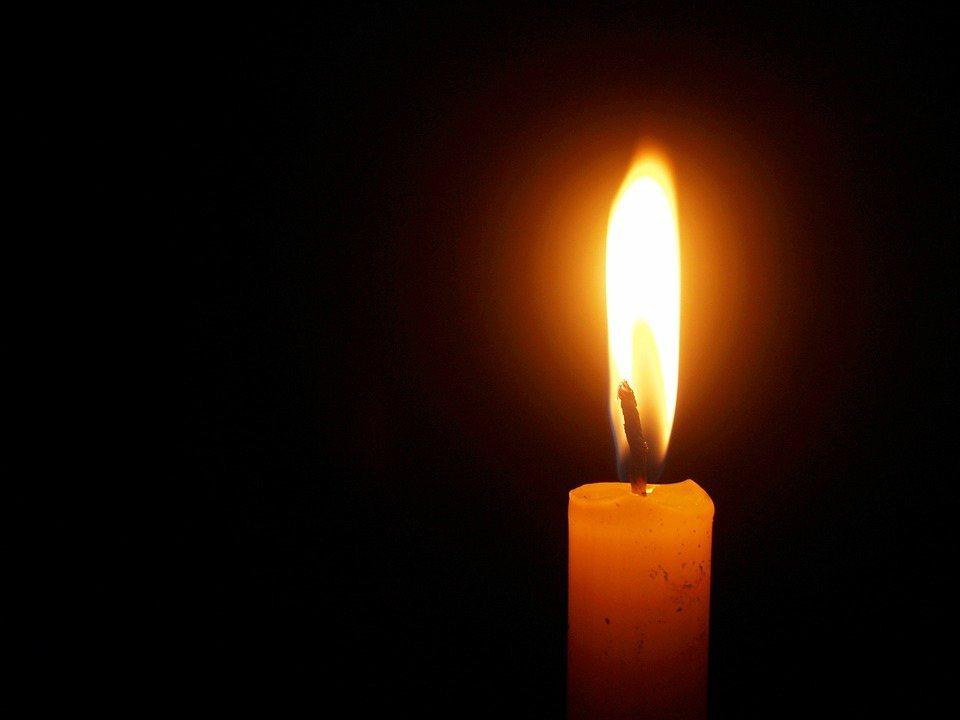 拿著一根蠟燭,站在漆黑的暗夜,以為可以照亮整個世界;專注凝視著微弱的燭火,便以為...