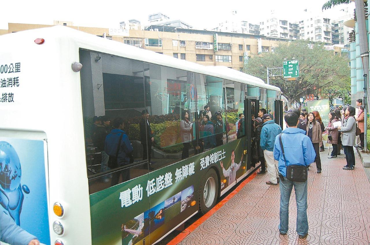 具有昇降設備的低底盤公車,可打造無障礙大眾運輸,友善行動不便者。 圖/游文寶 攝...