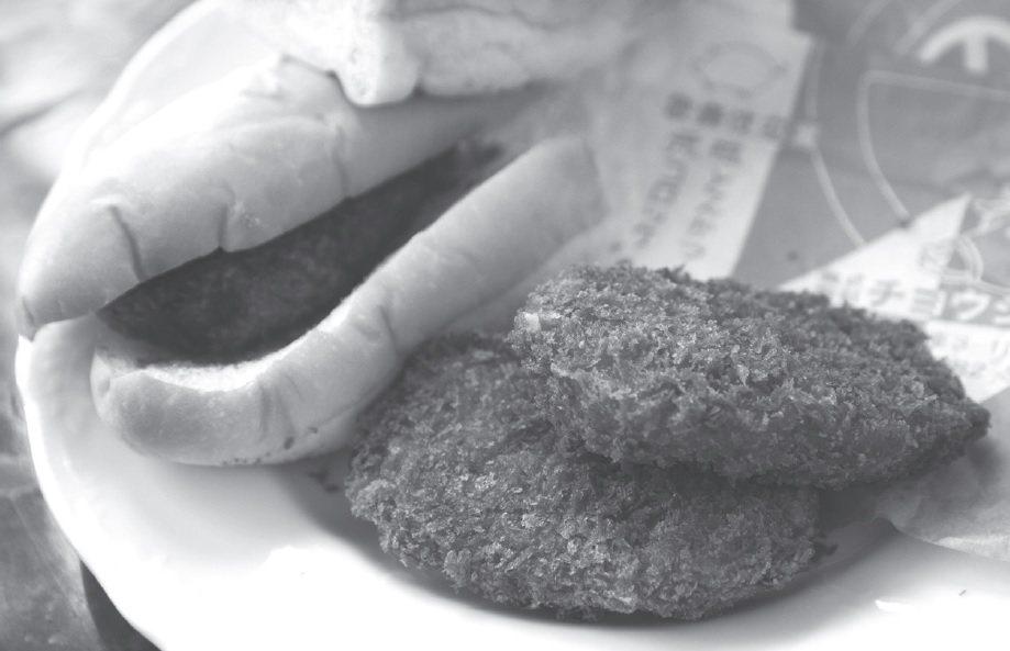 CYOUSHI 屋的元祖可樂餅和熱狗麵包夾可樂餅。圖/健行文化 提供