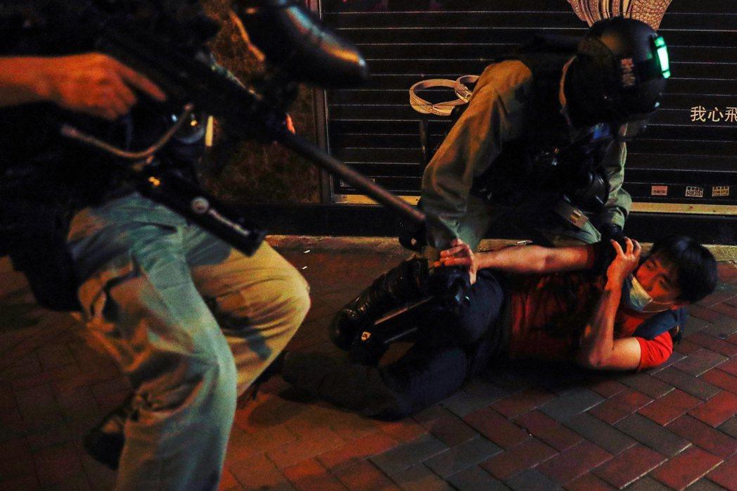 圖為2020年3月1日,香港旺角的鎮暴警察抓捕一名示威者。近期一連串的事件動魄驚...