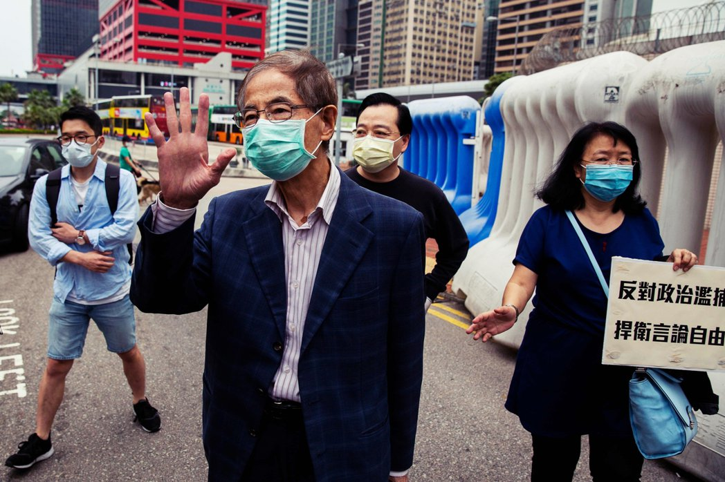 李柱銘長期爭取香港民主化,在香港有「民主之父」的美譽。4月18日,李柱銘在保釋後...