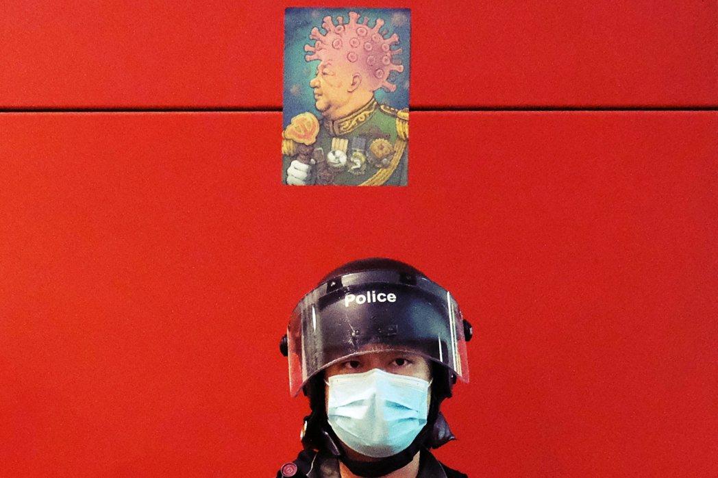 4月26日在香港太古城購物中心內,反送中示威活動號召抗爭者們重回太古城,合唱《願...