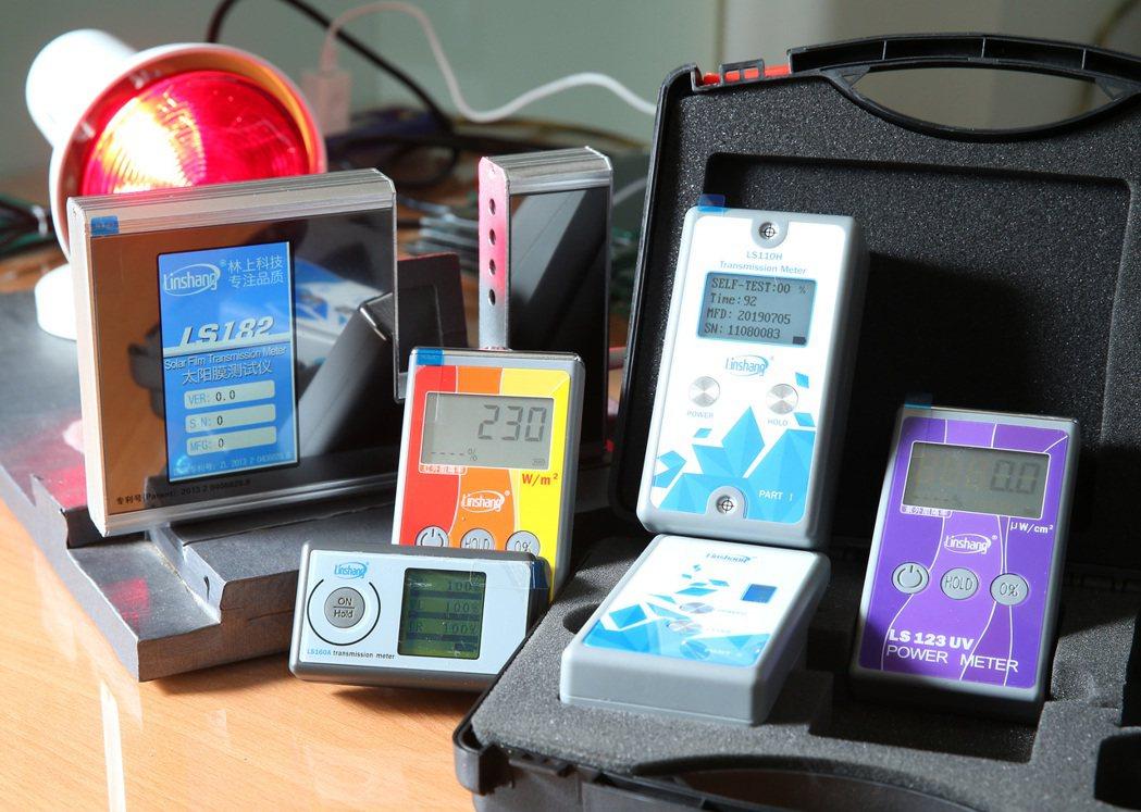 格菱威與合作夥伴都以專業器材來協助消費者認識隔熱紙。 記者林澔一/攝影
