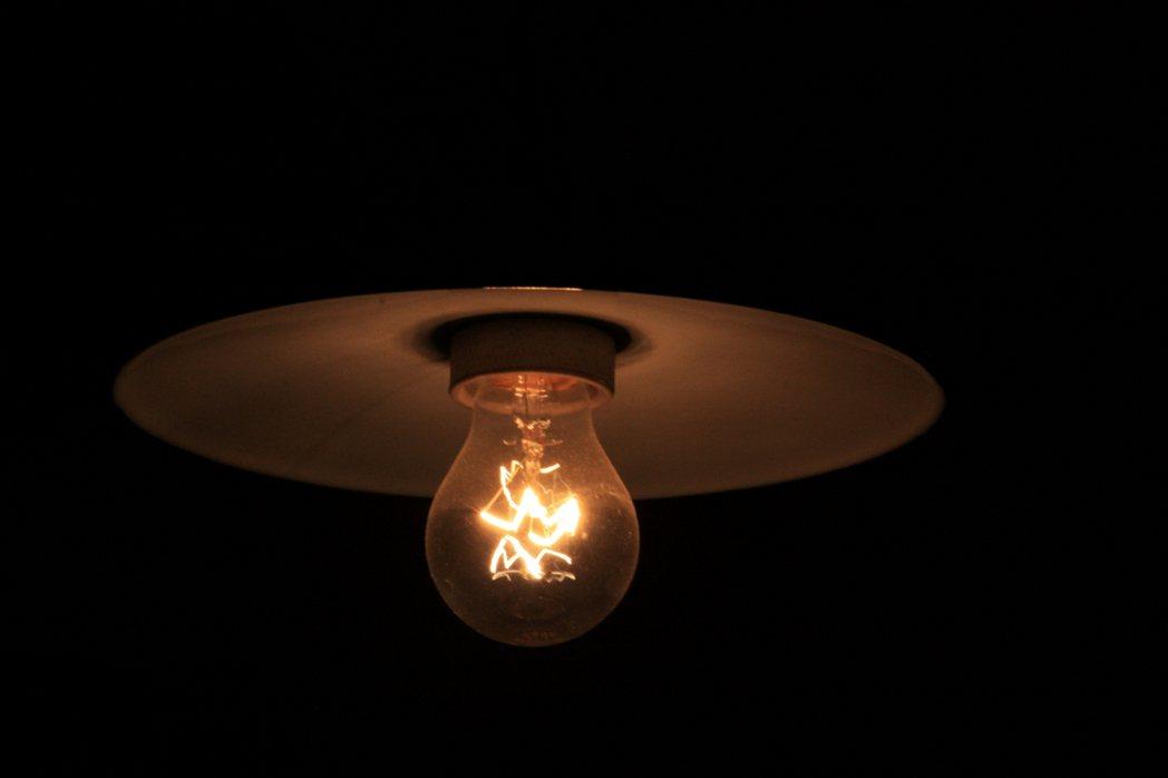 一名網友PO文詢問「租屋燈泡壞掉是算誰的?」示意圖/ingimage