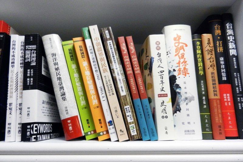 前衛出版《史明回憶錄》也在架上。 圖/作者提供