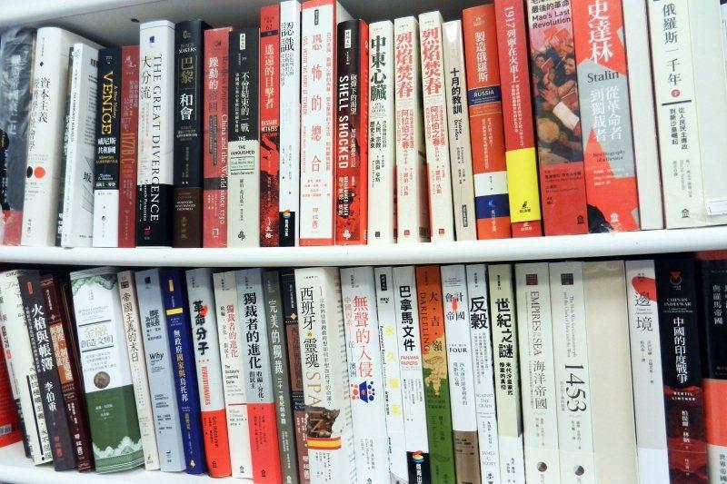 林榮基擅長挑選貼近社會議題的「硬核」人文歷史類書籍。 圖/作者提供