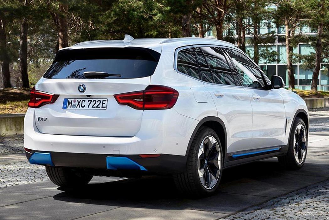 以現行第三代X3作為基底打造,讓純電版iX3與內燃機X3外型差異不大,但可以從車...