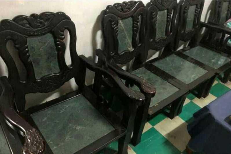 一名女網友PO文詢問「古董椅的好處在哪?」圖擷自爆廢公社公開版