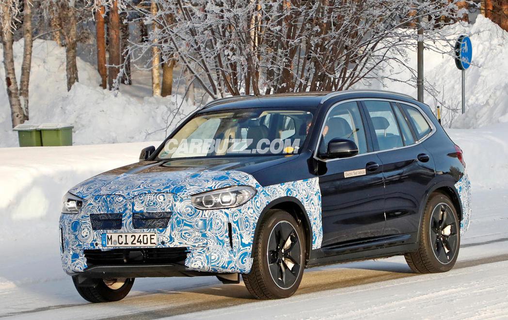 BMW iX3輕度偽裝測試車。 摘自Carbuzz