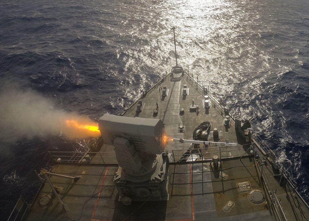 正在發射公羊飛彈的日耳曼城號船塢登陸艦。 圖/美國海軍