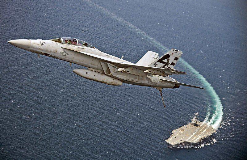 美軍F/A-18F戰機與福特號航空母艦。 圖/取自美國海軍 Flickr