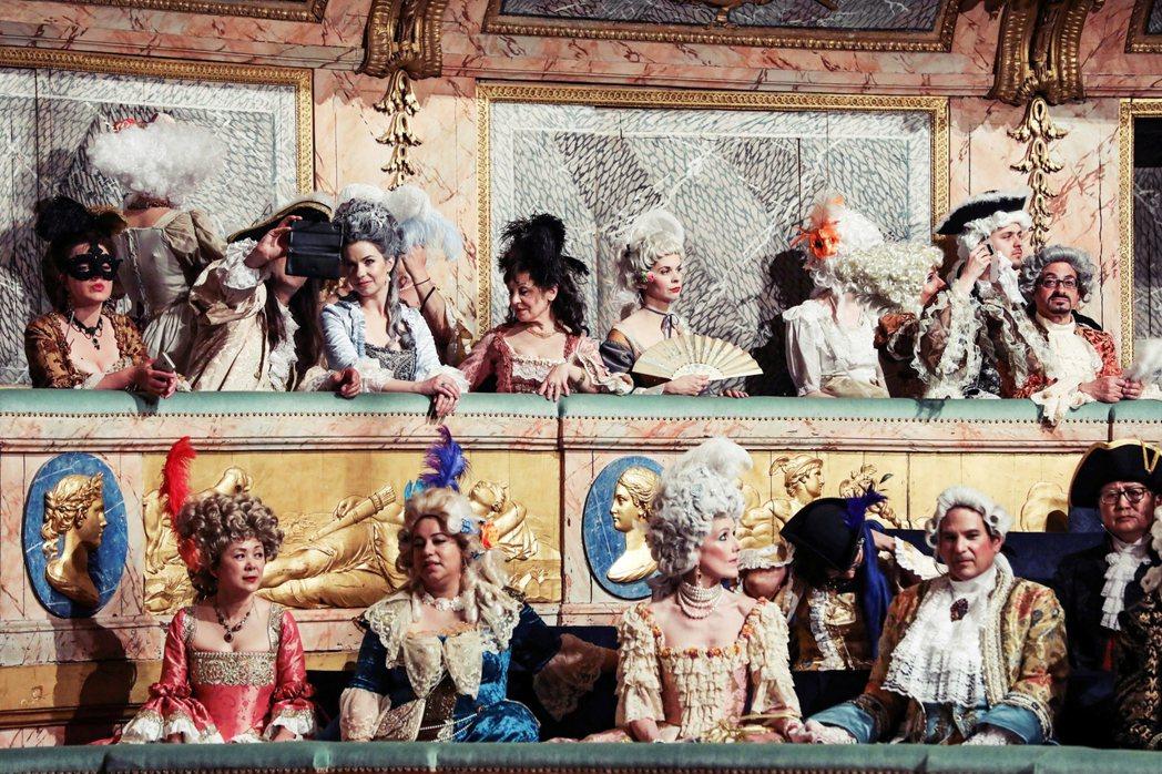 法國的上層階級認為法語非常優美,且熱愛這個說法。圖為法國凡爾賽宮宮廷扮裝派對。 ...