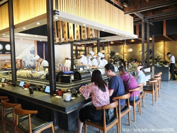用餐區最醒目的絕對是餐廳中央的迴轉吧台區,適合單人或雙人的客群