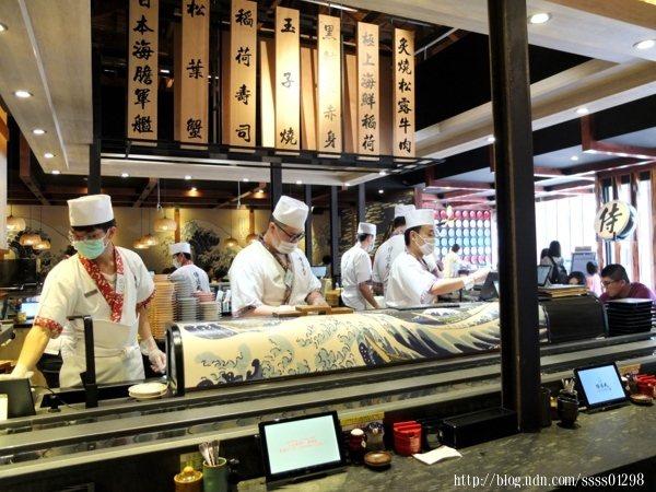 坐在吧檯區可以邊品嘗美味的日本料理,一邊觀賞師傅們專業手握壽司的好功夫