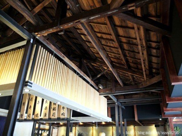 建築主體本身是一棟木造老房子,抬頭一看天花板屋頂仍保留原本老屋樣貌