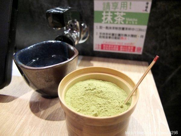每桌都會有熱開水無限量供應,加些桌上提供的玄米抹茶粉試試,風味真好!
