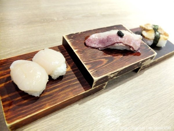 首先登場的是北海道干貝(左)、炙燒松露牛肉握壽司(中)和日本帆立貝(右)