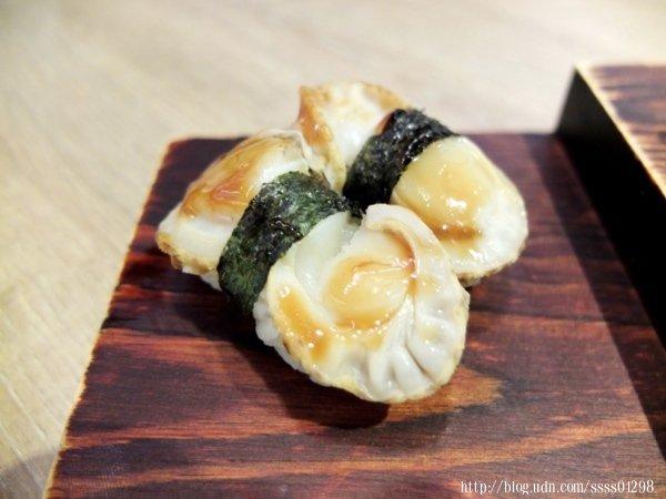 日本帆立貝壽司一份2貫,除了飽滿鮮甜的帆立貝,基底有海苔與醬料,一入口會有明顯的層次感