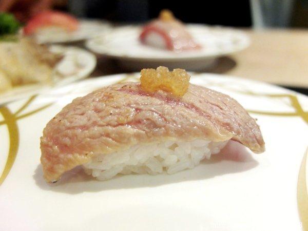 炙燒日本黑鮪魚中腹有著鮮美的肉質,炙燒過帶出濃濃香氣,點綴上蘿蔔泥讓人一吃感到驚艷萬分