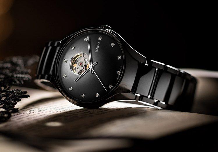 True Secret真我系列鏤空陶瓷自動腕表,偏心式的表面設計並鑲嵌以鑽石,氣...