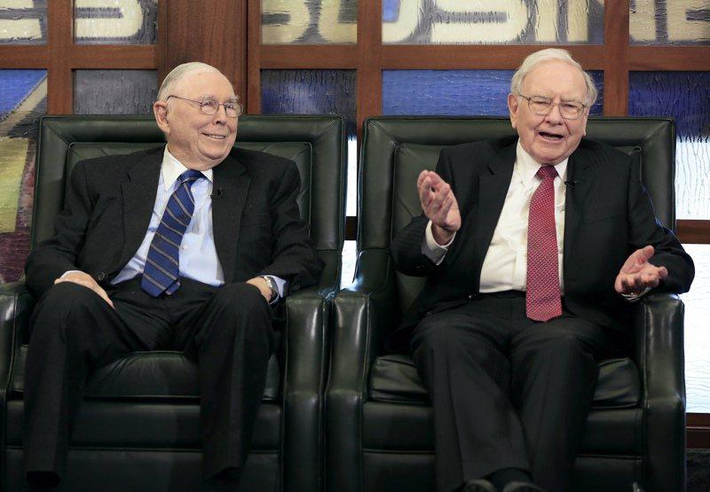 波克夏董事長巴菲特(右)與副董事長孟格(左)。(圖/美聯社)