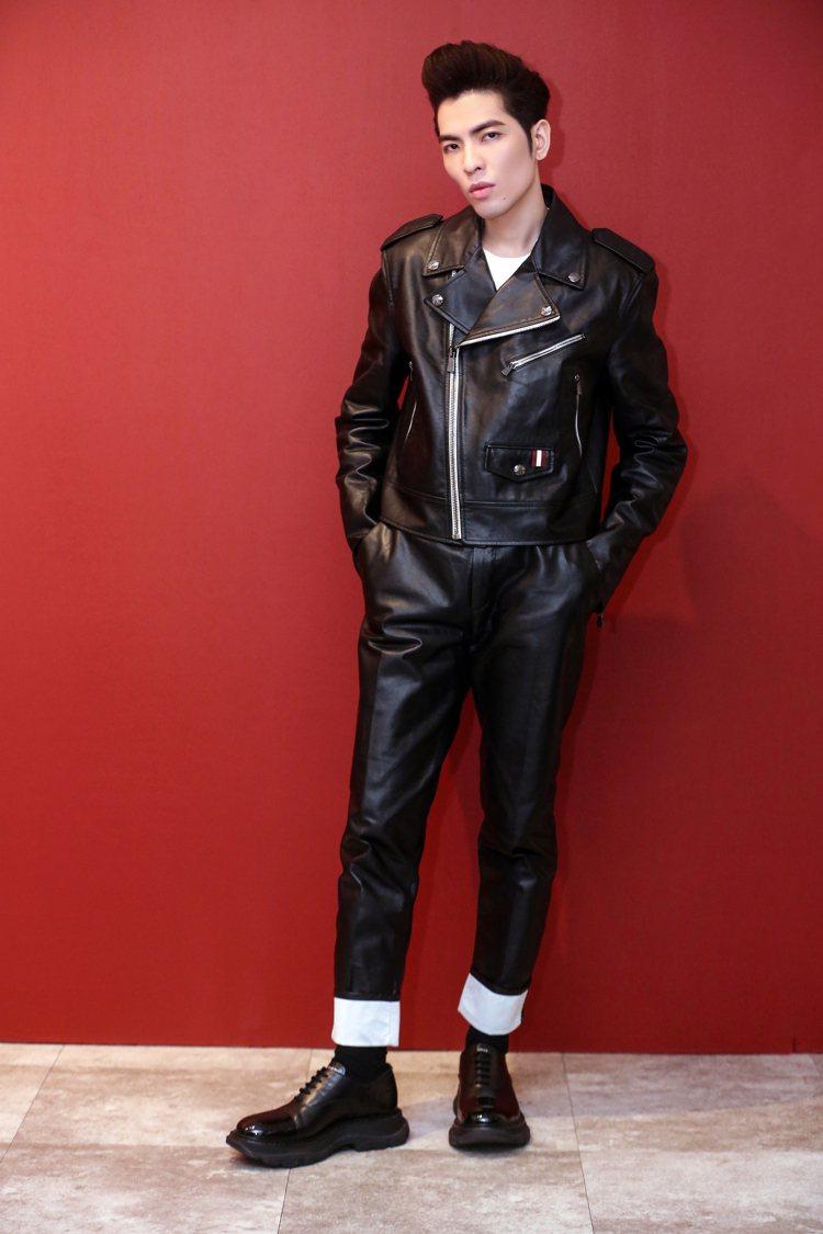 蕭敬騰於《歌手.當打之年》演繹BALLY騎士皮衣 、針織上衣、反摺皮質長褲。圖/...