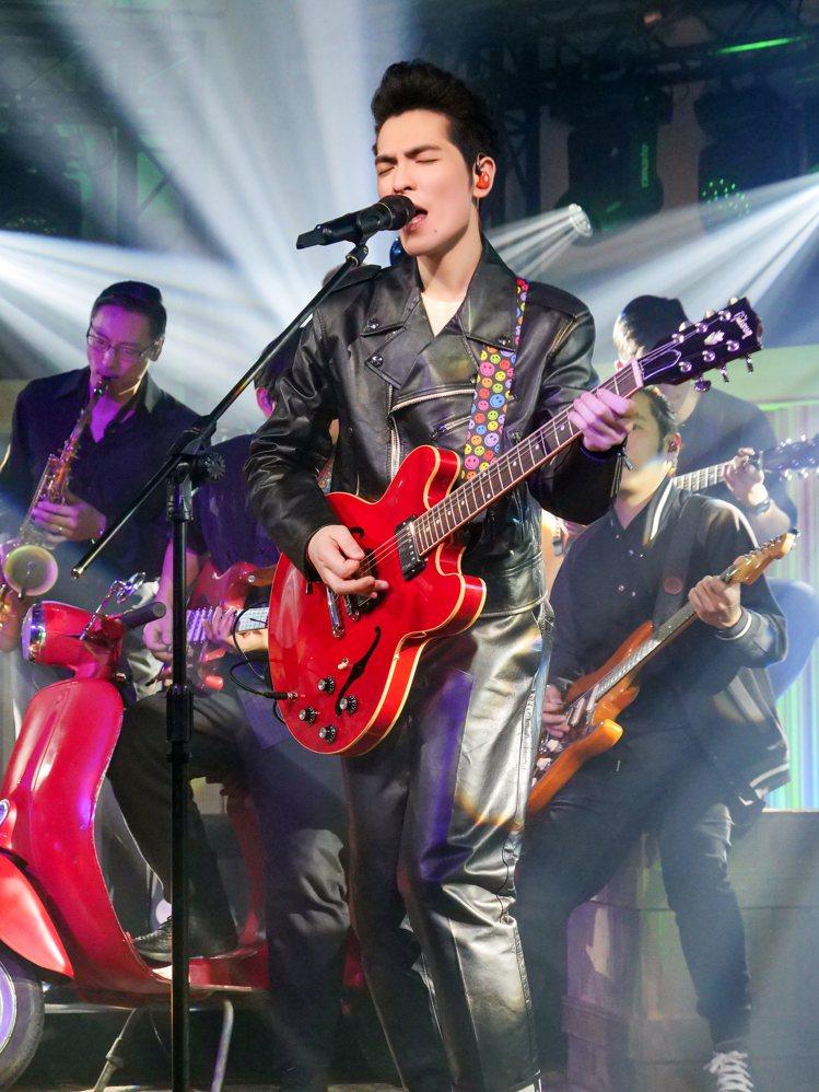 蕭敬騰於《歌手.當打之年》演繹BALLY騎士皮衣 、針織上衣、反摺皮質長褲,重新...