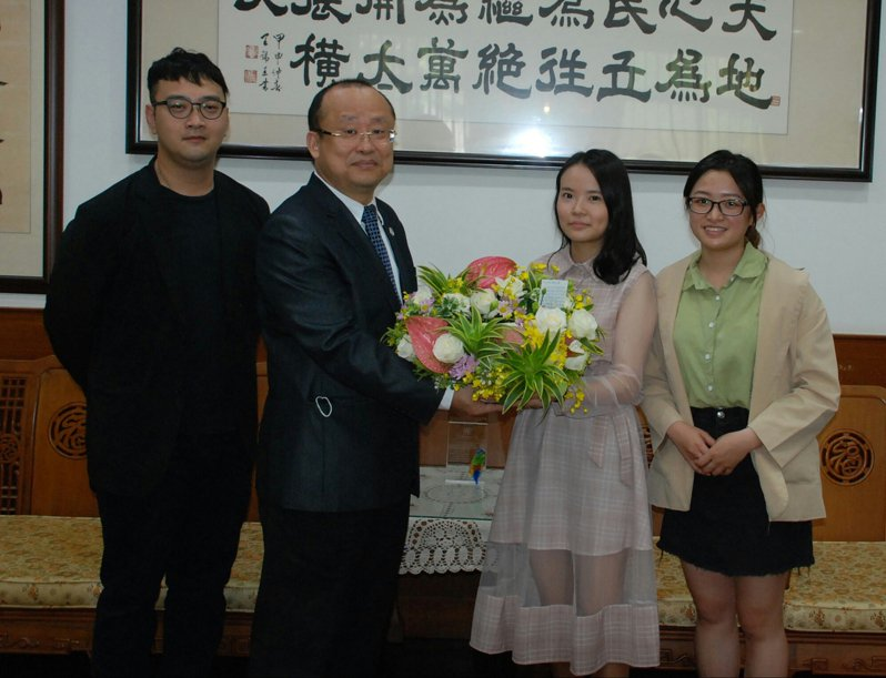 巫純安(左起)、吳雅雯全國技能競賽南區賽表現優異,校長黃宗成、指導老師廖文豪與有榮焉。圖/校方提供