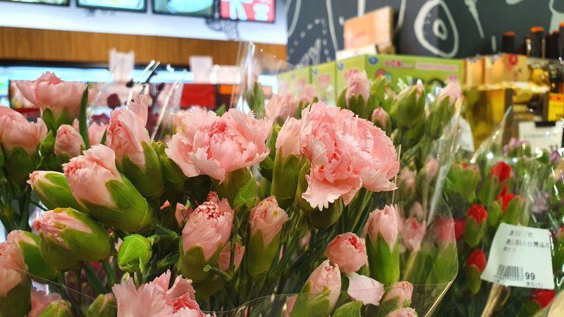 即將迎來母親節,全聯表示,現以康乃馨最為熱銷,蘭花、桔梗、百合也頗受歡迎。 圖/全聯提供